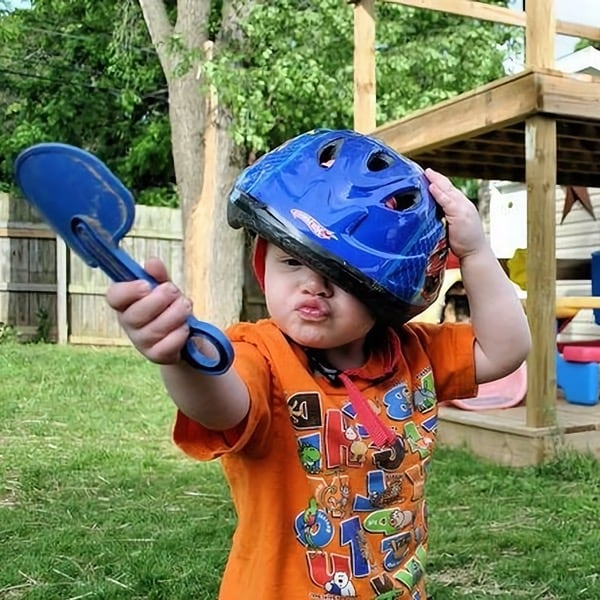 Ребёнок в шлеме