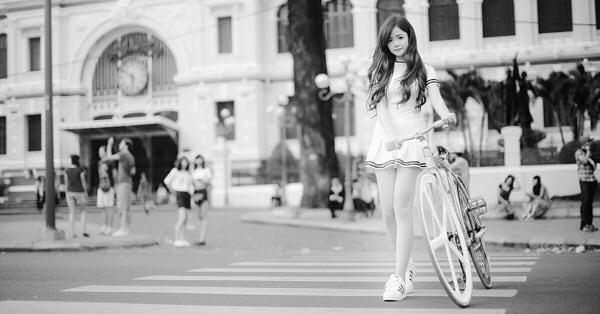 Велосипедистка на пешеходном переходе